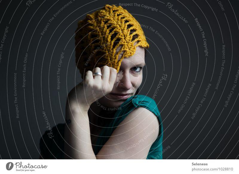 Dottergelb Haut Gesicht Mensch feminin Frau Erwachsene Kopf Auge Nase Arme Hand Finger 1 Schmuck Ring Piercing Mütze frieren Handarbeit Wollmütze häkeln