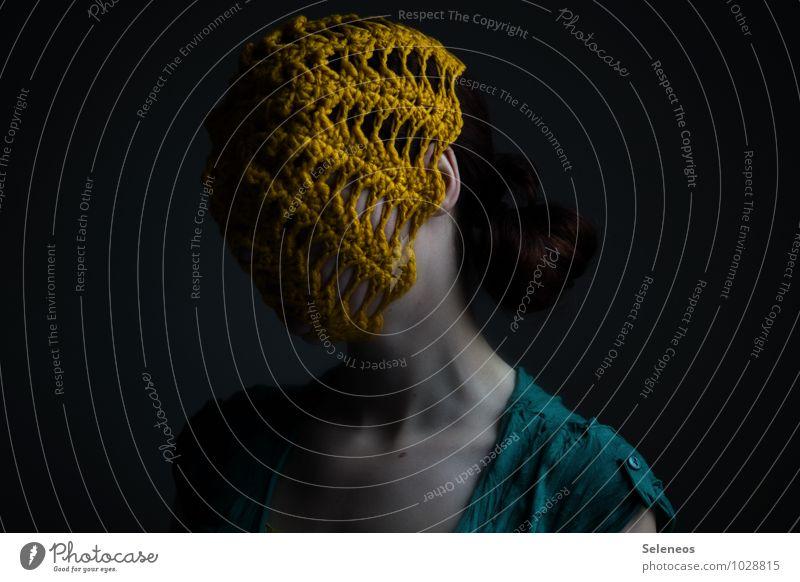 Netzhaut Handarbeit Mensch feminin Frau Erwachsene Körper Haut Kopf Ohr 1 Mütze gelb Farbfoto Gedeckte Farben Innenaufnahme Licht Schatten Kontrast Oberkörper