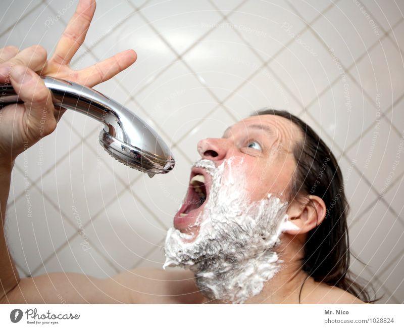 the voice of japan Mann nackt Erwachsene Gesicht maskulin Haut Mund Finger Bad Bart Körperpflege Fliesen u. Kacheln Gesichtsausdruck langhaarig Mikrofon