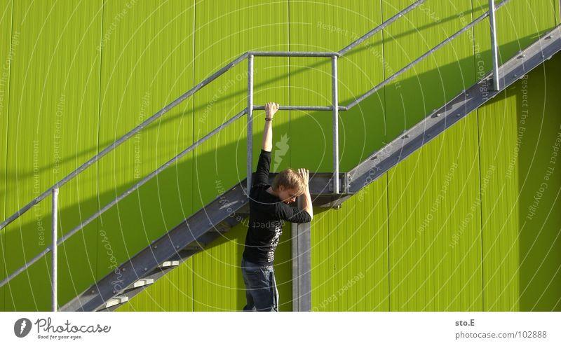 verantwortungslos Wand grün gefährlich Stab Verzweiflung hängen festhalten Hoppegarten Körperhaltung Licht Schatten Armband Muster Glätte Mitte Angst Grünstich