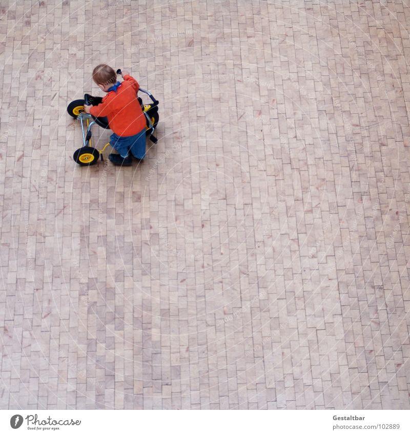 Hardy Kind Dreirad Zwerg führen Junge Kleinkind Holzfußboden Parkett Flur Vogelperspektive klein Spielzeug Spielen fahren niedlich gestaltbar oben Freude Gas