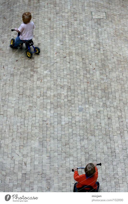 Laurel & Hardy Kind weiß rot Freude Straße Spielen oben Junge grau klein Stein lustig Wildtier Platz Verkehr Geschwindigkeit