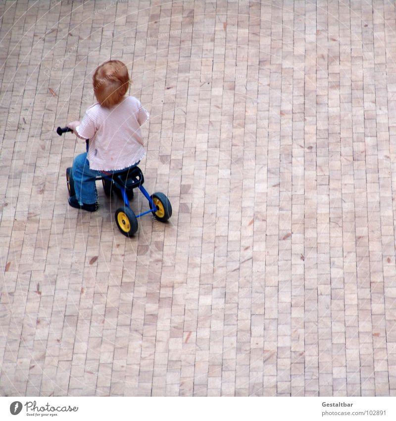Laurel Kind Freude Spielen oben Junge klein niedlich fahren Spielzeug Kleinkind führen anstrengen Flur Gas Holzfußboden Parkett