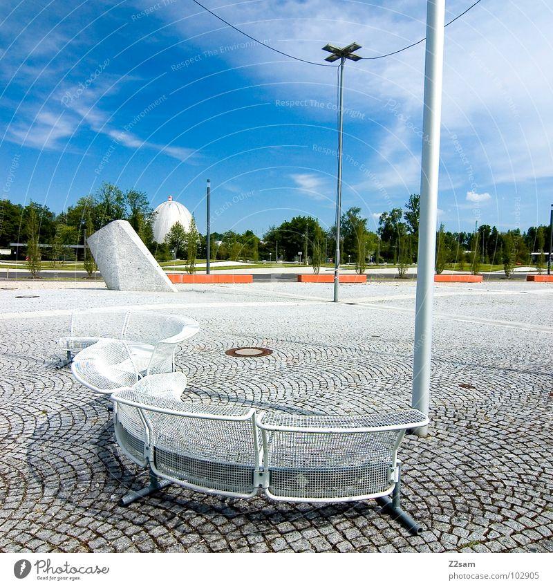 pausenhof Himmel blau Sommer Wolken Erholung Stil Stein Zusammensein sitzen modern Platz Pause Bank München Laterne