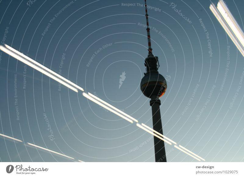 Schieflage Stadt kalt Architektur Berlin Gebäude Design stehen Schönes Wetter Turm Bauwerk Skyline Wahrzeichen Wolkenloser Himmel trendy Hauptstadt Stadtzentrum