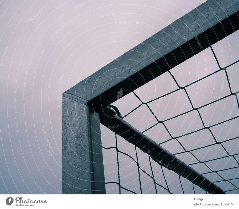 obere Ecke eines Fußballtors mit Netz vor grauem Himmel Spielen Sportveranstaltung Ballsport Stab Strebe grün nass Leidenschaft vertikal stehen netzartig