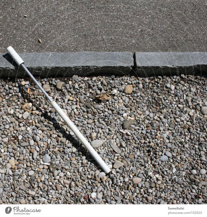 Verlorene Hilfe ... Einsamkeit Straße Luft Angst Freizeit & Hobby Bodenbelag kaputt Loch Werkzeug verloren Panik Teer hilflos Straßenrand Fahrradpumpe Luftpumpe