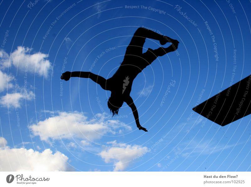 Flyin´ Mann springen Sprungbrett Sommer Wolken schwarz weiß heiß Wellen Rückwärtssalto Salto Schwimmbad Freundschaft Physik Ferien & Urlaub & Reisen