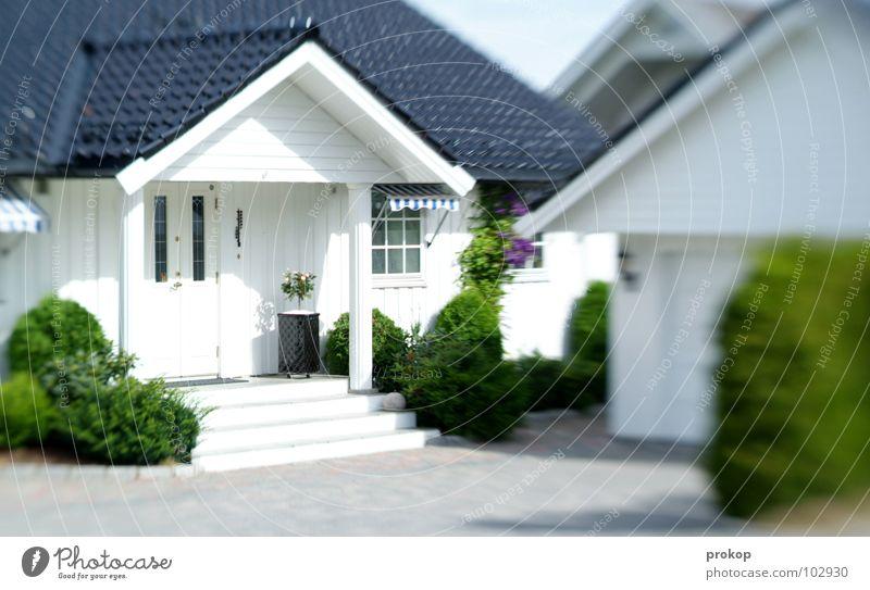 Leblos leben Farbfoto Außenaufnahme Menschenleer Tag Schatten Kontrast Sonnenlicht Zentralperspektive Totale Reichtum Häusliches Leben Wohnung Haus Traumhaus