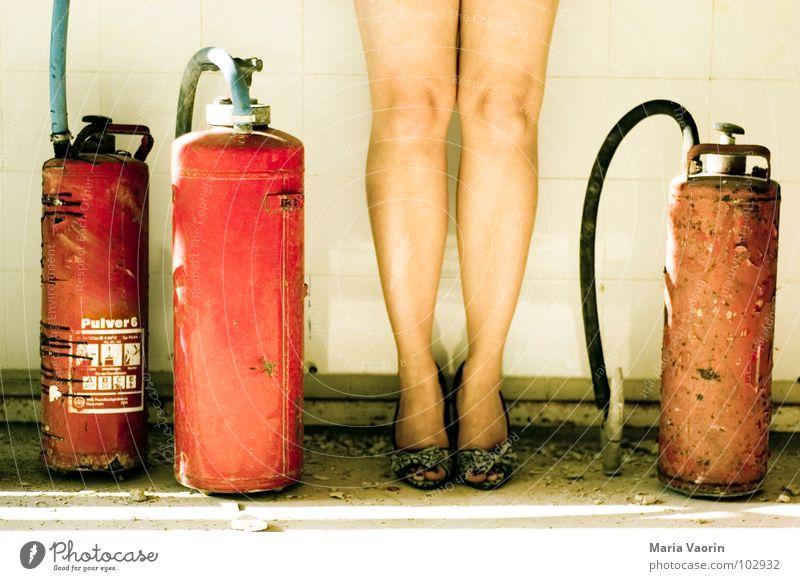 Pin Up Baby Frau schön Beine gefährlich Sicherheit retro heiß Schlauch Feuerwehr Damenschuhe löschen Schuhe Feuerlöscher Brandschutz