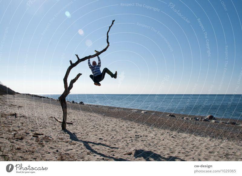 Am Strand rumhängen Mensch Ferien & Urlaub & Reisen Jugendliche Mann Erholung Meer ruhig Freude Junger Mann 18-30 Jahre Erwachsene Leben Stil Sport Spielen
