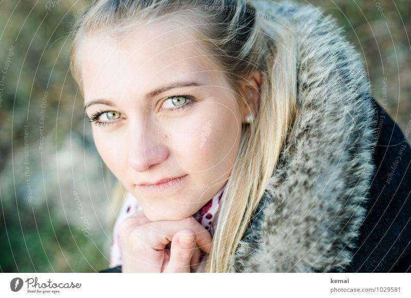 Einblick Lifestyle Stil Mensch feminin Junge Frau Jugendliche Erwachsene Leben Kopf Gesicht Hand 1 18-30 Jahre blond langhaarig Blick sitzen schön Gefühle