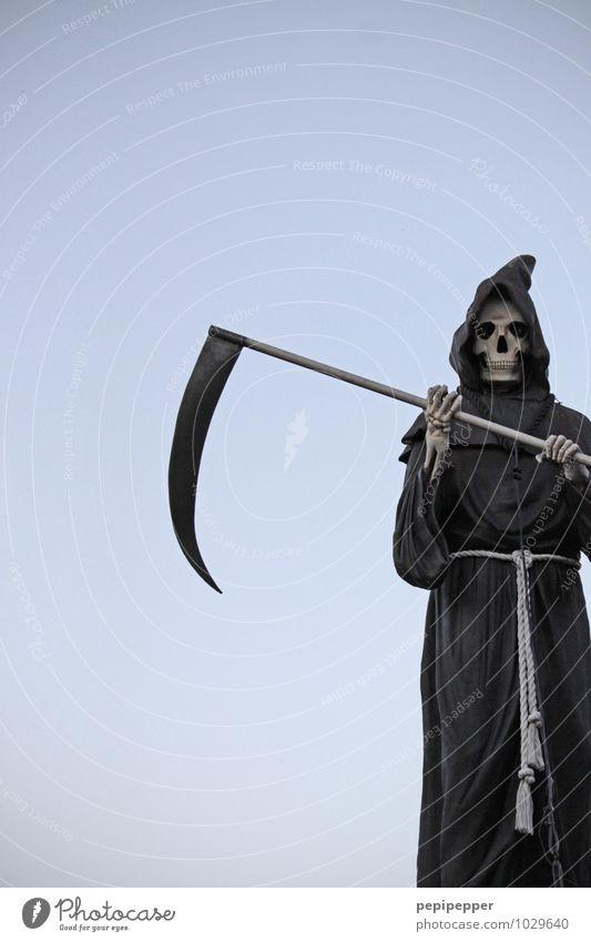 sensenmann Mensch Gesicht Tod Kopf maskulin Körper bedrohlich Wolkenloser Himmel Maske Karneval Geister u. Gespenster Kapuze Halloween Skelett Hochformat