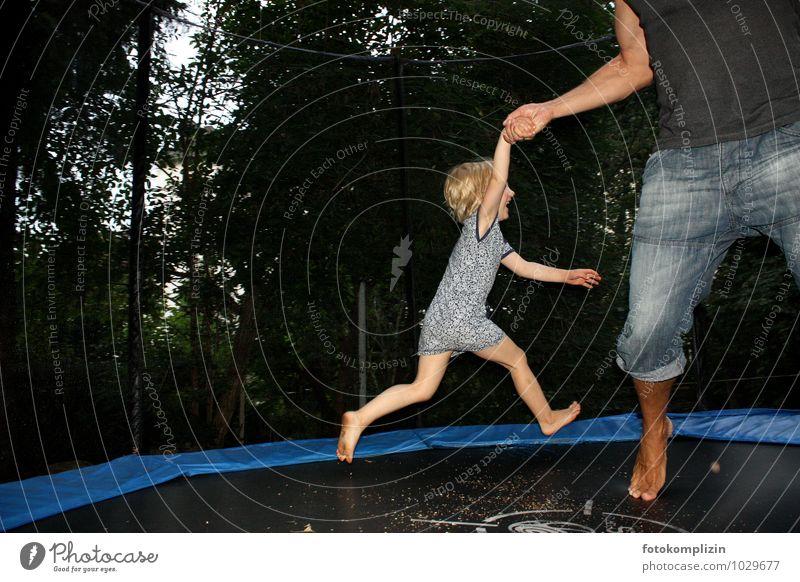 hüpfsprung Leben Spielen Hüpfen springen Garten Trampolin Kind Mann Erwachsene Kindheit Bewegung fallen Zusammensein Freude Glück Fröhlichkeit Lebensfreude