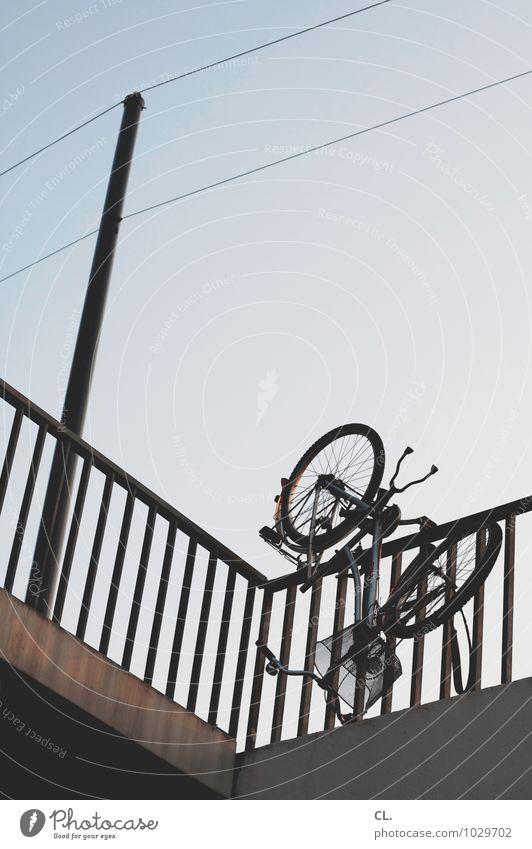 rad über kopf Umwelt Himmel Wolkenloser Himmel Schönes Wetter Verkehr Verkehrsmittel Verkehrswege Fahrradfahren Wege & Pfade Brücke Brückengeländer skurril