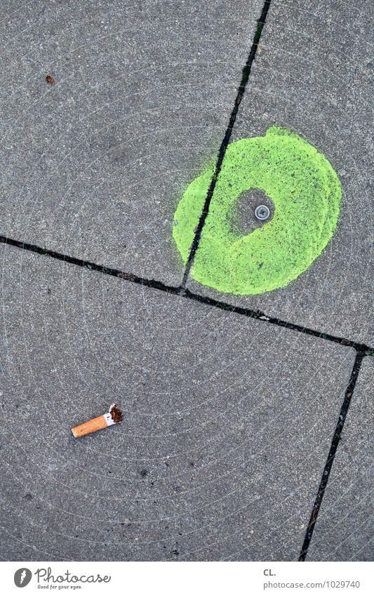 runtergucken Rauchen Straße Wege & Pfade Zigarette Zigarettenstummel Boden Linie Kreis Schilder & Markierungen grau grün Farbfoto Außenaufnahme Menschenleer Tag