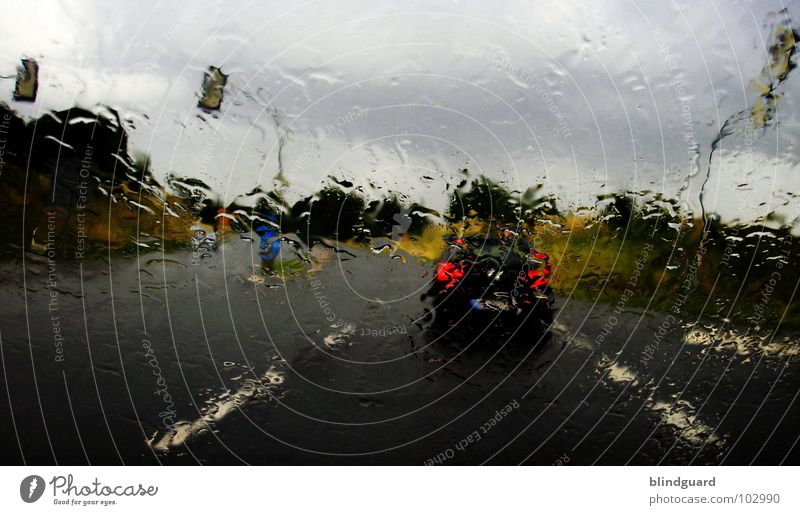Sommer 2007 Wasser grün rot Wolken gelb Straße dunkel PKW Regen Wassertropfen nass Verkehr Perspektive Sicherheit fahren