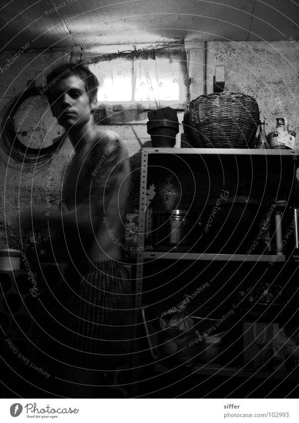 keller Schwarzweißfoto Unschärfe Alkohol Rauschmittel Keller Mann Erwachsene Jugendliche Fenster Tattoo Spinne alt Bewegung Reinigen dreckig dunkel kaputt