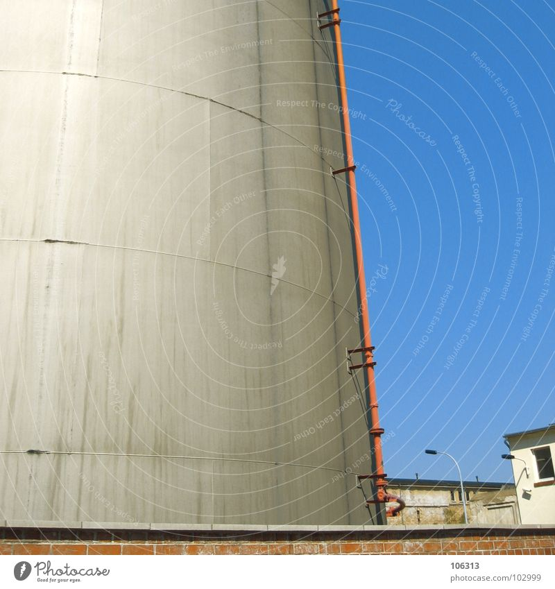URBANE TRÄUME Baracke Industriegelände Bauwerk Stillleben Haus Mauer Lampe fallen gefährlich 2 Zusammensein Wassertank Klotz Arbeit & Erwerbstätigkeit Kasten