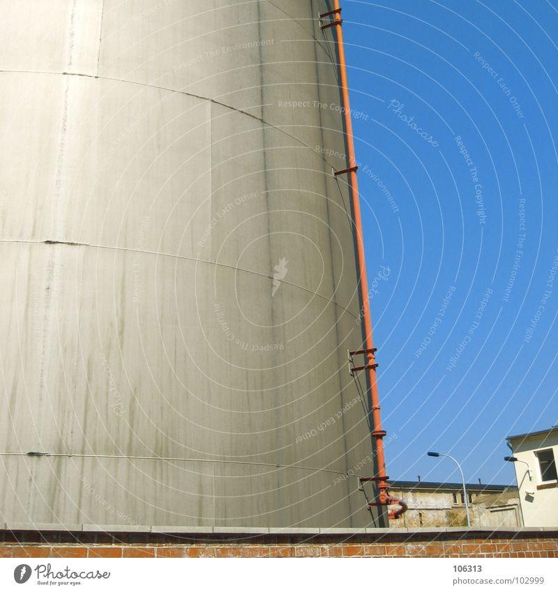URBANE TRÄUME Himmel blau rot Einsamkeit Haus Landschaft Leben Architektur Mauer Stein Metall Lampe 2 Linie Zusammensein Arbeit & Erwerbstätigkeit