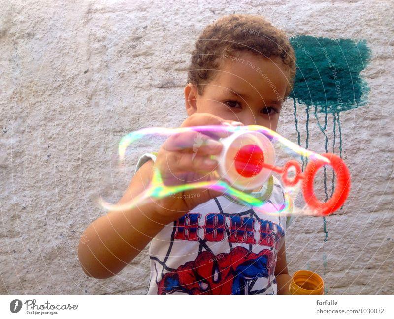 BubbleBoy Mensch maskulin Kind Junge Kindheit Leben Körper Gesicht Auge Arme Hand 1 3-8 Jahre Sonnenlicht Sommer Schönes Wetter Mauer Wand T-Shirt Stoff brünett