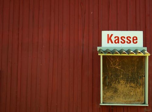 KASSE Kasse Wand geschlossen Insolvenz rot Holzwand Sommerpause Pause Dach Vordach Kassenerfolg Kassenhaus Kontrast Idee Buden u. Stände Wort