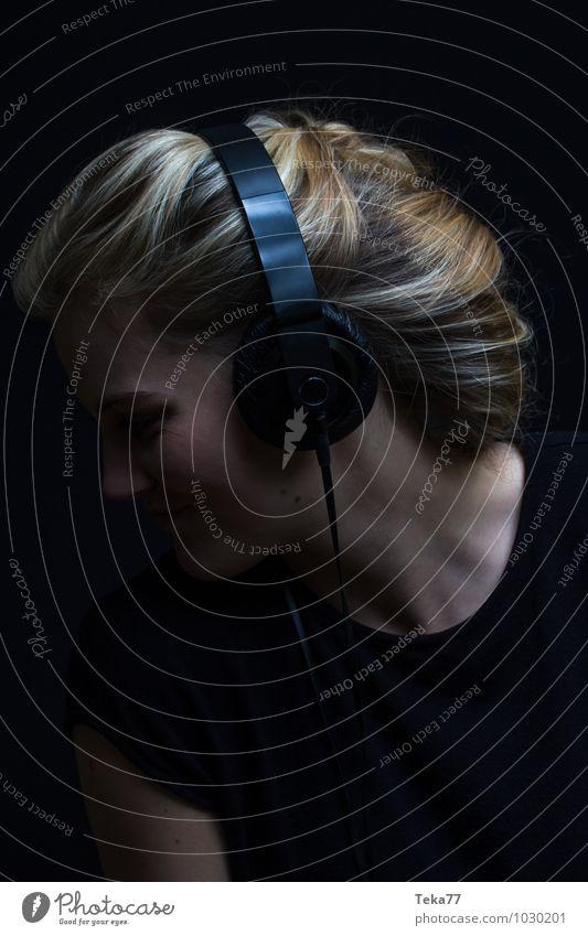Musik hören I Stil Student Mensch feminin Junge Frau Jugendliche Erwachsene Kopf Haare & Frisuren Gesicht 1 18-30 Jahre Kunst Mode blond Coolness trendy positiv