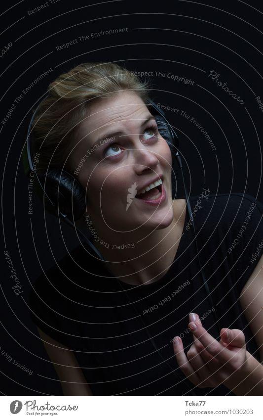 Musik hören II Mensch Frau Jugendliche Junge Frau 18-30 Jahre Erwachsene Gesicht feminin Stil Haare & Frisuren Kunst Kopf Mode Körper blond