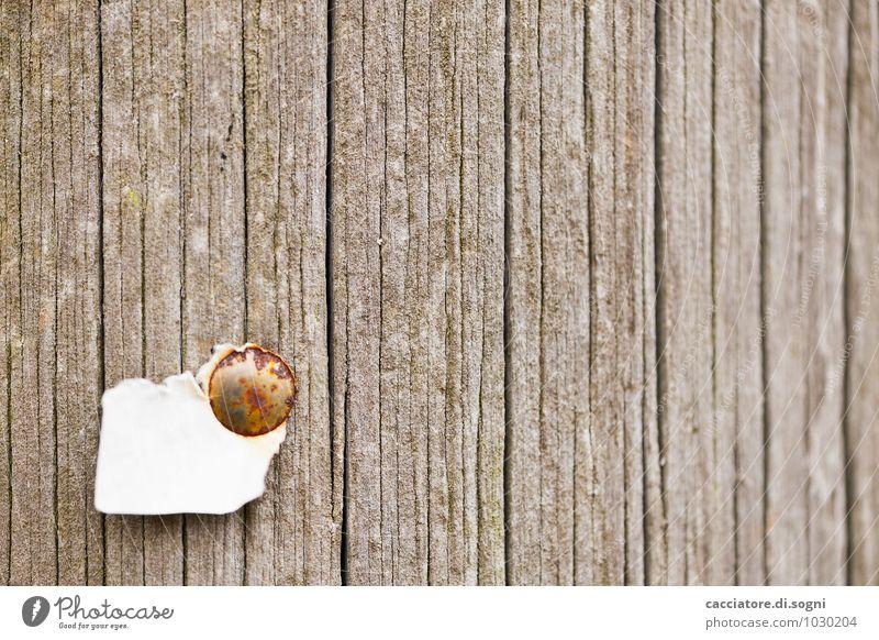 Wenig hilfreich Umwelt Mauer Wand Fassade Zettel Reisszwecke Holz Linie alt einfach kaputt lustig braun grau weiß Hilfsbereitschaft Neugier Enttäuschung Idee