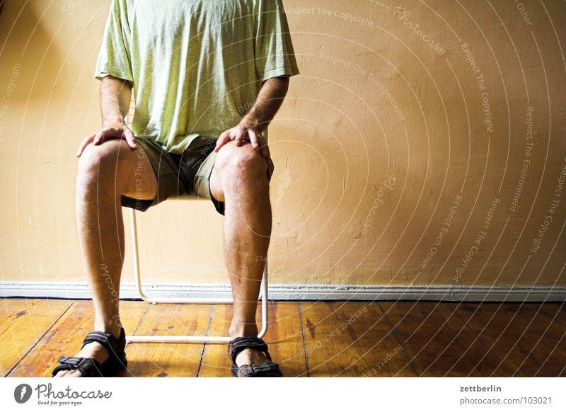 Gespannt Mann Raum Warteraum aufregend Erwartung Nervosität vertikal Knie Kniescheibe kopflos Körperhaltung üben Patient Pause ruhig Yoga Praxis Arzt