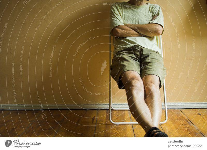Entspannt Mann Raum Warteraum Erholung Knie Kniescheibe gekreuzt Gefühle Häusliches Leben sitzen Stuhl Mensch wartenummer Langeweile Coolness unaufgeregt