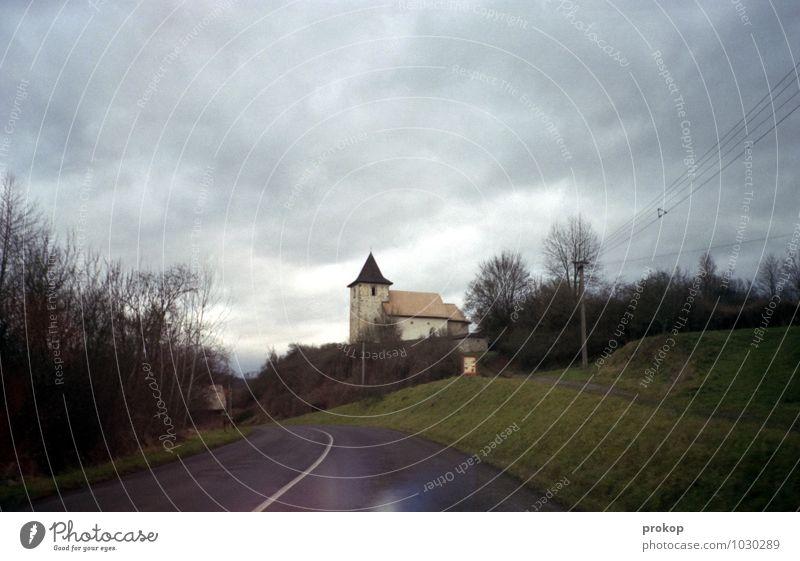 Kirche im Dorf Himmel Ferien & Urlaub & Reisen alt Baum Landschaft Wolken dunkel Straße Gras Wege & Pfade Lifestyle Wind nass retro Hügel