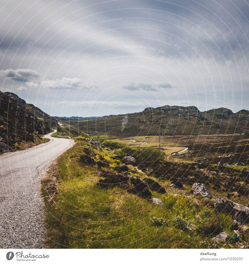 passing place. Umwelt Natur Landschaft Himmel Wolken Sommer Schönes Wetter Wiese Feld Hügel Felsen Schottland Highlands Straße Abenteuer Erholung Freiheit