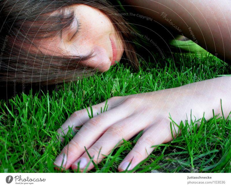 Der beste Rastplatz Pause Jugendliche Gras Müdigkeit Erschöpfung schlafen fertig Hand liegen Porträt geschlossene Augen Finger Zufriedenheit Geborgenheit