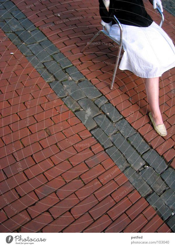 Mrs. Blackandwhite Frau Mensch Hand weiß rot schwarz feminin Straße Gefühle grau Stein Traurigkeit Denken Beine Fuß Schuhe