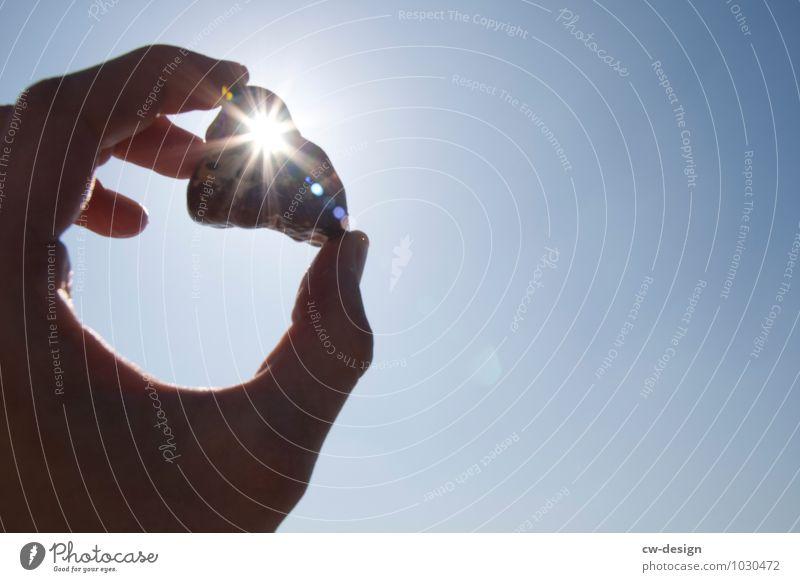 Glücksbringer Lifestyle Freude Freizeit & Hobby Mensch maskulin Junger Mann Jugendliche Erwachsene Hand Finger 1 Umwelt Luft Himmel Wolkenloser Himmel Sonne
