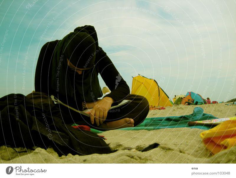 Der Sommer macht einen auf Herbst Meer Strand ruhig schwarz kalt Sand lesen Ostsee untergehen Barfuß Rügen