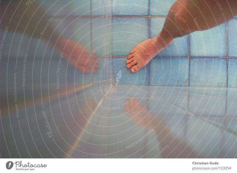 Unrasiertebeinetreffen Beine Fliesen u. Kacheln Reflexion & Spiegelung Fuß Zehen Bad Dusche (Installation) Wasser Ecke blau Knie Fuge Perspektive Bodenbelag