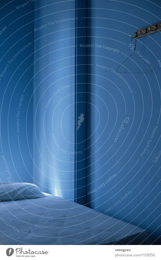 blue room Licht ruhig Hotel Einsamkeit Innenaufnahme Stillleben Schlafzimmer Farbe Ferien & Urlaub & Reisen available light Traurigkeit