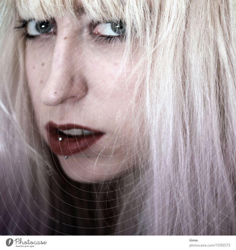 . Mensch Jugendliche schön Junge Frau ruhig Leben Gefühle feminin authentisch blond warten beobachten Neugier Gelassenheit Konzentration Wachsamkeit