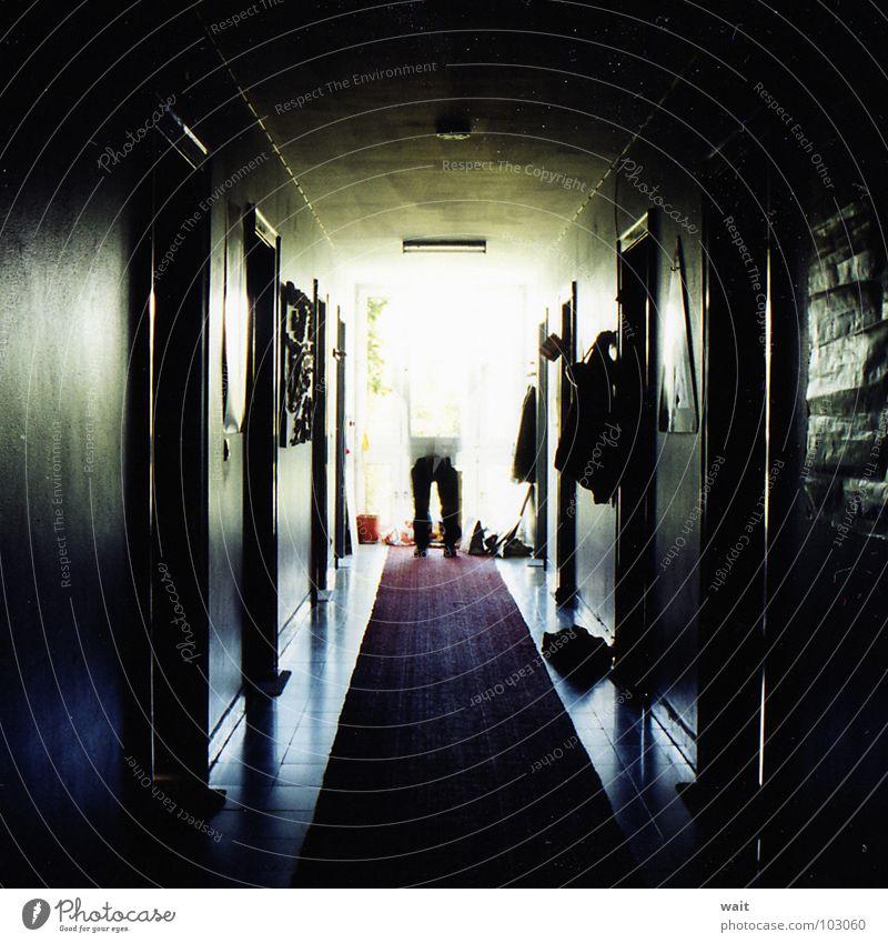 Beine im Flur dunkel Zentralperspektive Fluchtpunkt Roter Teppich Angst Panik Langzeitbelichtung licht am ende des tunnels