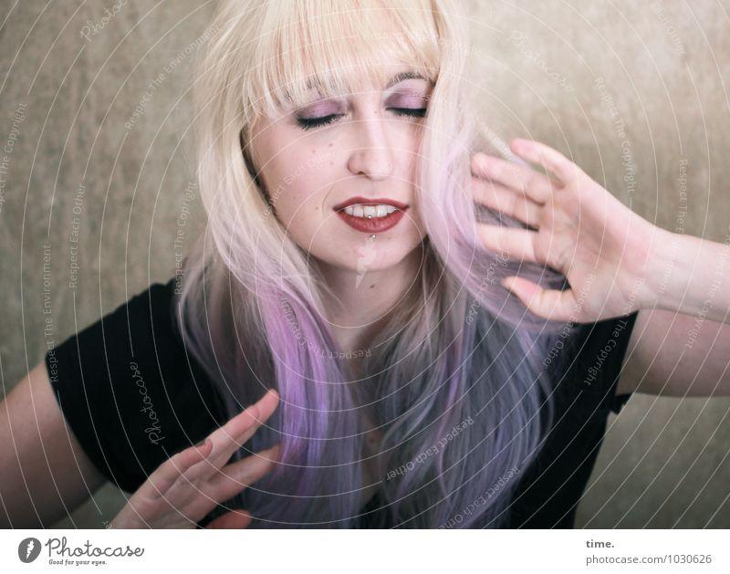 . Mensch Jugendliche schön Junge Frau Erholung Freude Leben feminin träumen Raum authentisch blond Fröhlichkeit Tanzen Lebensfreude T-Shirt
