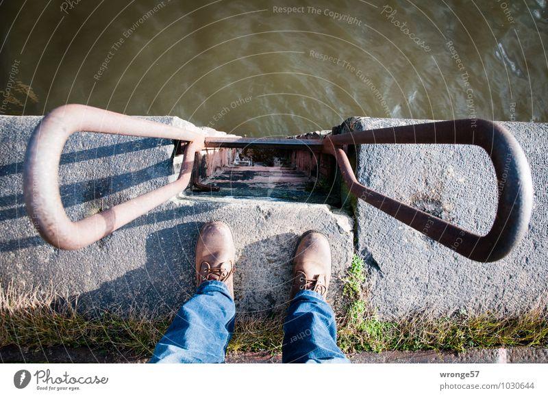 Vertikale I Mensch maskulin Beine 1 Hafen Mauer Wand Hose Jeanshose Schuhe Stein Beton Wasser stehen blau braun grau grün Höhenangst Leiter Fuß Wasseroberfläche