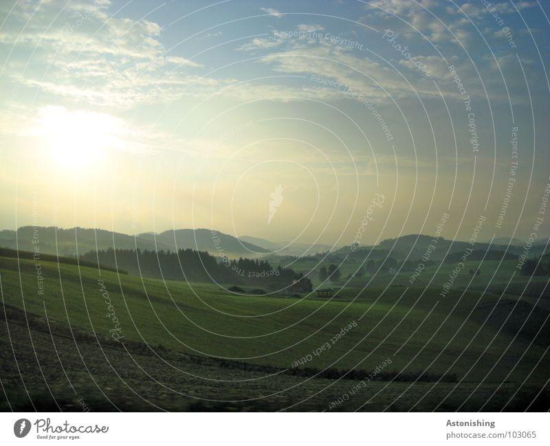 Rauch zwischen den Hügeln Sonne Umwelt Natur Landschaft Pflanze Luft Himmel Wolken Horizont Herbst Wetter Schönes Wetter Nebel Baum Gras Sträucher Grünpflanze