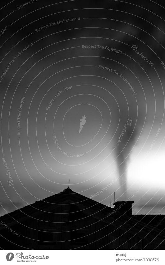 Rauchzeichen Haus Umwelt Himmel Klimawandel Dach Blitzableiter bedrohlich dunkel authentisch gruselig kalt Einsamkeit Endzeitstimmung Trauer Traurigkeit Abgas