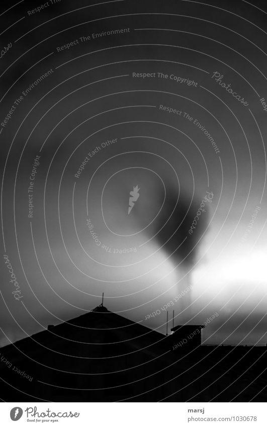 Rauchzeichen Haus CO2-Emission co2 CO2-Ausstoß Rauchfang Dach Dachgiebel Umwelt Himmel Schornstein Blitzableiter authentisch dunkel einfach gruselig Stimmung