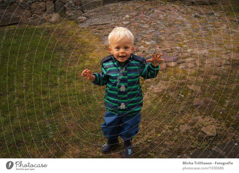 Kindheit Mensch Erwachsene Junge natürlich Spielen lachen Familie & Verwandtschaft maskulin leuchten blond laufen Bekleidung Lächeln Mutter