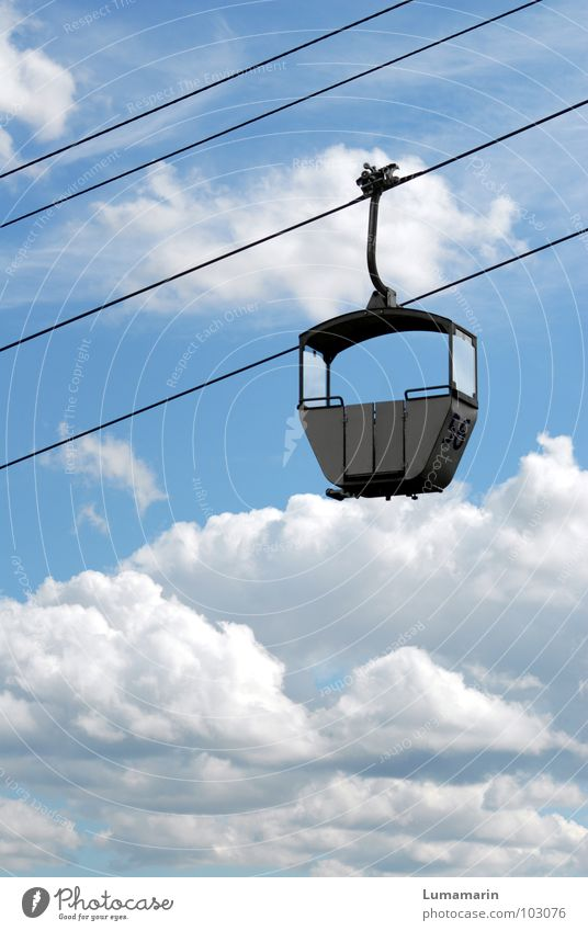 Linie 56: Himmelwärts Verkehr Verkehrsmittel Personenverkehr Gondellift Seilbahn Drahtseil Platz leer Wolken alternativ möglich Autobahnauffahrt Unendlichkeit