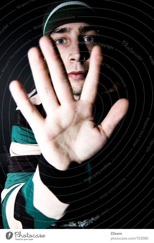 STOP! *600* stoppen Halt Hand Finger gestreift Linie schwarz weiß Mann Mütze Stirnband lässig Gesicht Kopf portraite steifen Mensch Coolness hell