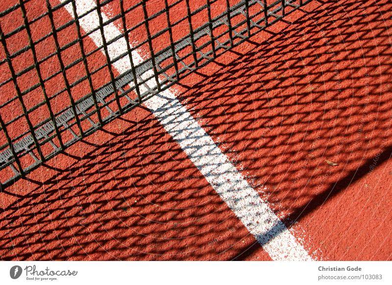 Linienführung Netz Schatten rot weiß Tennis Tartan Ball Sport Tennisplatz Sportstätten Spielen Aufschlag Sommer Spieler Gegner springen Erfolg Ballsport